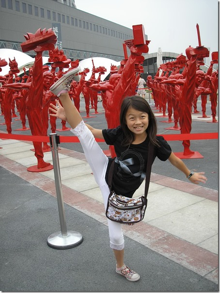 學芭蕾與踢踏舞多年的艾莉西亞也很厲害 ! 劈腿是一點問題都沒有 ~